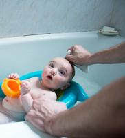 Father's hands bathing baby son in baby bath 11015325614| 写真素材・ストックフォト・画像・イラスト素材|アマナイメージズ