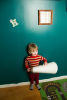 Cute male toddler rolling paper in playroom 11015325615| 写真素材・ストックフォト・画像・イラスト素材|アマナイメージズ