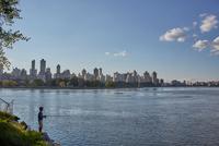 Teenage boy fishing from riverbank, New York, USA 11015325616| 写真素材・ストックフォト・画像・イラスト素材|アマナイメージズ