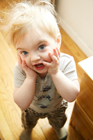 Portrait of cute male toddler with hands on cheeks 11015325620| 写真素材・ストックフォト・画像・イラスト素材|アマナイメージズ