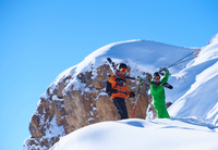 Two male skiers trudging up snow covered ridge, Aspen, Colorado, USA 11015326207  写真素材・ストックフォト・画像・イラスト素材 アマナイメージズ