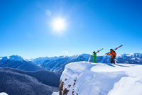 Two male skiers looking out from snow covered ridge, Aspen, Colorado, USA 11015326209  写真素材・ストックフォト・画像・イラスト素材 アマナイメージズ