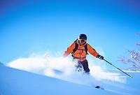 Man skiing down snow covered mountainside, Aspen, Colorado, USA 11015326211  写真素材・ストックフォト・画像・イラスト素材 アマナイメージズ