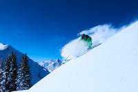 Man skiing down steep snow covered mountainside, Aspen, Colorado, USA 11015326214  写真素材・ストックフォト・画像・イラスト素材 アマナイメージズ