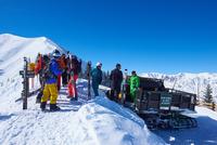 Group of skiers preparing on snow covered mountain, Aspen, Colorado, USA 11015326216  写真素材・ストックフォト・画像・イラスト素材 アマナイメージズ