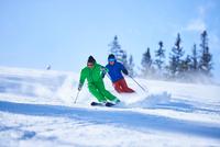 Two men skiing down snow covered ski slope, Aspen, Colorado, USA 11015326223  写真素材・ストックフォト・画像・イラスト素材 アマナイメージズ
