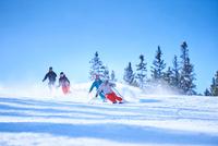 Male and female skiers skiing down snow covered ski slope, Aspen, Colorado, USA 11015326224  写真素材・ストックフォト・画像・イラスト素材 アマナイメージズ