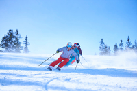 Row of male and female skiers skiing down snow covered ski slope, Aspen, Colorado, USA 11015326225  写真素材・ストックフォト・画像・イラスト素材 アマナイメージズ