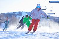 Male and female skiers skiing on snow covered ski slope, Aspen, Colorado, USA 11015326228  写真素材・ストックフォト・画像・イラスト素材 アマナイメージズ