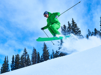 Man jumping while skiing down snow covered mountainside, Aspen, Colorado, USA 11015326230  写真素材・ストックフォト・画像・イラスト素材 アマナイメージズ
