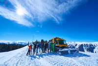 Group portrait of male and female skiers on ski slope by snow coach, Aspen, Colorado, USA 11015326232| 写真素材・ストックフォト・画像・イラスト素材|アマナイメージズ