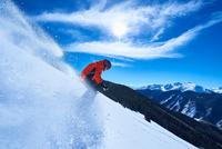 Man skiing down deep snow covered mountainside, Aspen, Colorado, USA 11015326234  写真素材・ストックフォト・画像・イラスト素材 アマナイメージズ