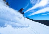 Man skiing down deep snow covered mountainside, Aspen, Colorado, USA 11015326235  写真素材・ストックフォト・画像・イラスト素材 アマナイメージズ