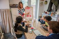 Childminder showing children craft recipe instructions 11015326299| 写真素材・ストックフォト・画像・イラスト素材|アマナイメージズ