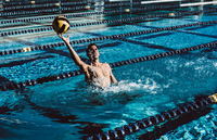 Water polo player catching ball in pool 11015326405| 写真素材・ストックフォト・画像・イラスト素材|アマナイメージズ