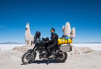 Woman sitting on touring motorbike, Salinas grandes close to Susques before the Paso de Jama border crossing, Susques, Jujuy, Ar 11015327205| 写真素材・ストックフォト・画像・イラスト素材|アマナイメージズ
