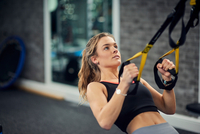 Young woman doing pull ups on exercise handles in gym 11015327238  写真素材・ストックフォト・画像・イラスト素材 アマナイメージズ