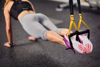 Neck down view of young woman doing push ups using exercise handles in gym 11015327240  写真素材・ストックフォト・画像・イラスト素材 アマナイメージズ