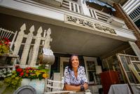 Portrait of female shop keeper at front porch shabby chic shop 11015327285  写真素材・ストックフォト・画像・イラスト素材 アマナイメージズ
