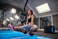 Young woman training, doing sit up push ups on kettle bells in gym 11015327307  写真素材・ストックフォト・画像・イラスト素材 アマナイメージズ