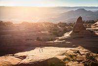 Hikers exploring Arches National Park, Moab, Utah, USA 11015327451| 写真素材・ストックフォト・画像・イラスト素材|アマナイメージズ