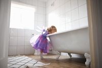 Young girl dressed in fairy costume, looking in bath tub 11015327601| 写真素材・ストックフォト・画像・イラスト素材|アマナイメージズ