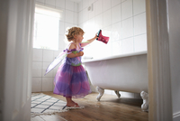 Young girl dressed in fairy costume, holding rubber boot over bathtub 11015327602| 写真素材・ストックフォト・画像・イラスト素材|アマナイメージズ