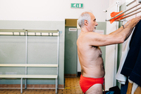 Senior man in locker room of swimming pool 11015327706| 写真素材・ストックフォト・画像・イラスト素材|アマナイメージズ
