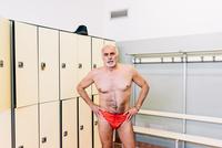 Senior man in locker room of swimming pool 11015327707| 写真素材・ストックフォト・画像・イラスト素材|アマナイメージズ