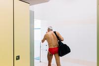 Senior man in locker room of swimming pool 11015327708| 写真素材・ストックフォト・画像・イラスト素材|アマナイメージズ