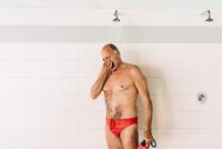 Senior man using shower of swimming pool 11015327710  写真素材・ストックフォト・画像・イラスト素材 アマナイメージズ