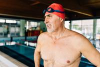 Senior man beside swimming pool 11015327711  写真素材・ストックフォト・画像・イラスト素材 アマナイメージズ