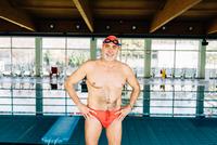 Senior man beside swimming pool 11015327712  写真素材・ストックフォト・画像・イラスト素材 アマナイメージズ