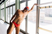 Senior man stretching by swimming pool 11015327714  写真素材・ストックフォト・画像・イラスト素材 アマナイメージズ