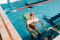 Senior man using ladder in swimming pool 11015327716  写真素材・ストックフォト・画像・イラスト素材 アマナイメージズ