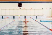 Senior man swimming in swimming pool 11015327718  写真素材・ストックフォト・画像・イラスト素材 アマナイメージズ