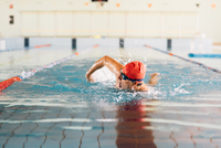 Senior man swimming in swimming pool 11015327719| 写真素材・ストックフォト・画像・イラスト素材|アマナイメージズ