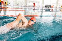 Senior man swimming in swimming pool 11015327720  写真素材・ストックフォト・画像・イラスト素材 アマナイメージズ