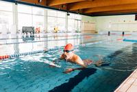 Senior man swimming in swimming pool 11015327721  写真素材・ストックフォト・画像・イラスト素材 アマナイメージズ