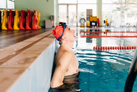 Senior man catching his breath in swimming pool 11015327722  写真素材・ストックフォト・画像・イラスト素材 アマナイメージズ