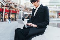 Businesswoman using digital tablet, Milan, Italy 11015327778| 写真素材・ストックフォト・画像・イラスト素材|アマナイメージズ