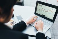 Businesswoman using laptop 11015327782| 写真素材・ストックフォト・画像・イラスト素材|アマナイメージズ