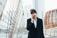 Businesswoman on pedestrian bridge, Milan, Italy 11015327784| 写真素材・ストックフォト・画像・イラスト素材|アマナイメージズ