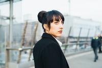 Businesswoman on pedestrian bridge, Milan, Italy 11015327785| 写真素材・ストックフォト・画像・イラスト素材|アマナイメージズ
