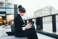 Businesswoman using digital tablet, Milan, Italy 11015327787| 写真素材・ストックフォト・画像・イラスト素材|アマナイメージズ