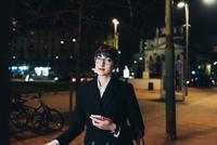 Businesswoman pulling trolley luggage, Milan, Italy 11015327802| 写真素材・ストックフォト・画像・イラスト素材|アマナイメージズ