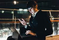 Businesswoman using digital tablet, Milan, Italy 11015327805| 写真素材・ストックフォト・画像・イラスト素材|アマナイメージズ
