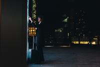 Businesswoman using ticket machine, Milan, Italy 11015327807| 写真素材・ストックフォト・画像・イラスト素材|アマナイメージズ
