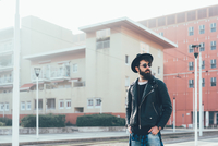 Young male hipster waiting at city tram station 11015327816  写真素材・ストックフォト・画像・イラスト素材 アマナイメージズ