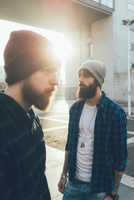 Portrait of two young male hipsters in knit hats in city sunlight 11015327840| 写真素材・ストックフォト・画像・イラスト素材|アマナイメージズ